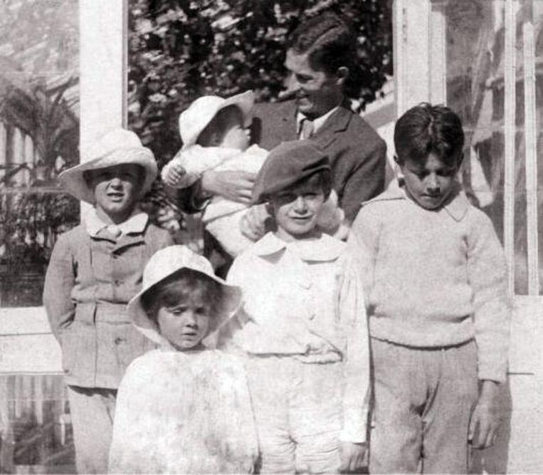George Llewelyn Davies (rechts) en zijn broers, wiens namen voor eeuwig blijven verder leven in het verhaal van Peter Pan: baby Nicholas (in de armen van zijn vader Arthur), Jack, Michael en Peter.