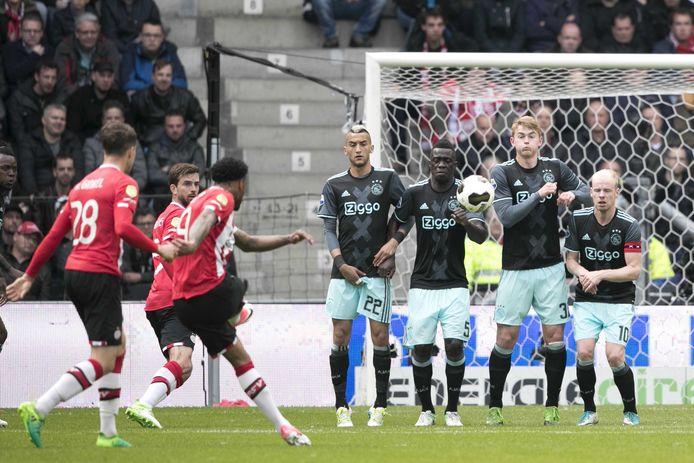 Jürgen Locadia scoort uit een vrije trap de 1-0 tegen Ajax.