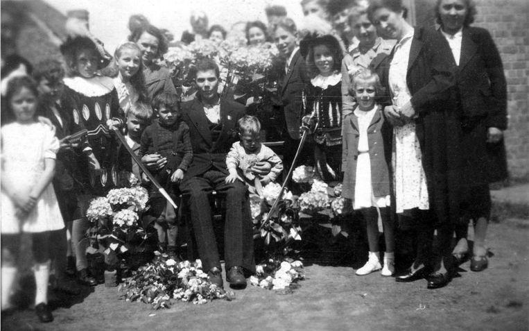 Julien Van den Driessche bij zijn thuiskomst op 2 juni 1945 in Eeklo. De hele familie en buurt bouwden een feest.