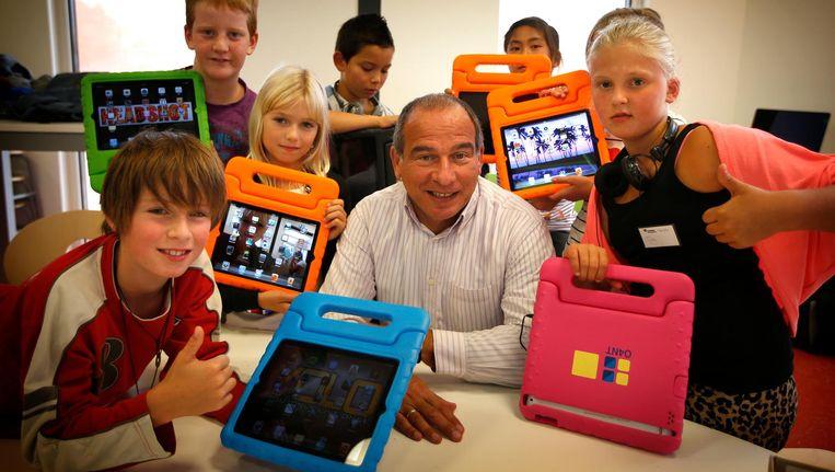 nitiatiefnemer Maurice de Hond met leerlingen op de Master Steve Jobs School in Sneek tijdens de eerste schooldag in 2013. Beeld anp