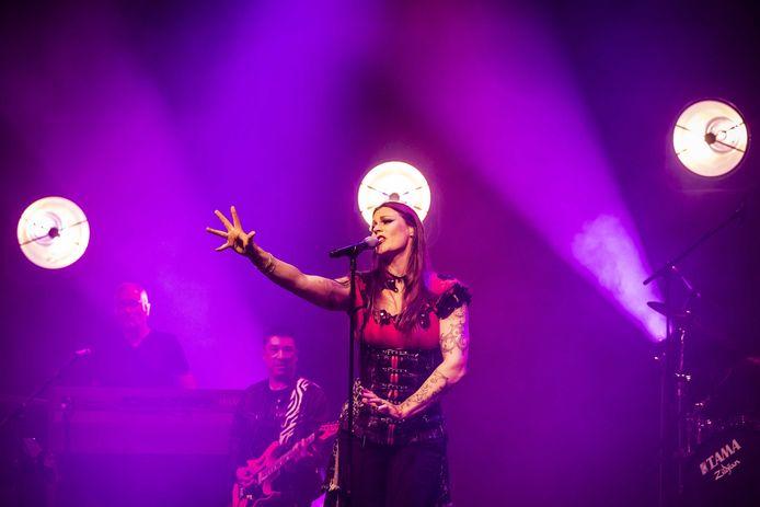 Floor Jansen knalt in Doornroosje met haar stem én maakt er ingetogen emoties mee los.