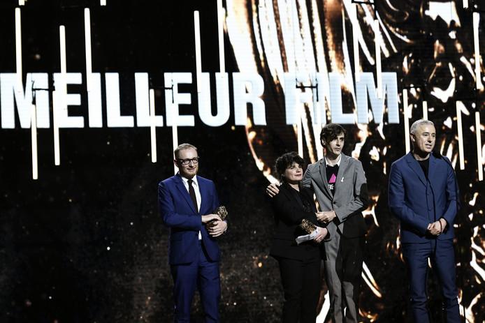 De makers van de film 120 BPM nemen hun prijs in ontvangst.