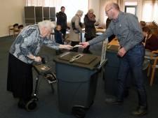 Ad Akkerman steekt helpende hand toe op stembureau in Genemuiden