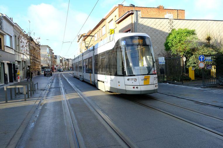 Tram rijdt door de vernieuwde Herentalsebaan