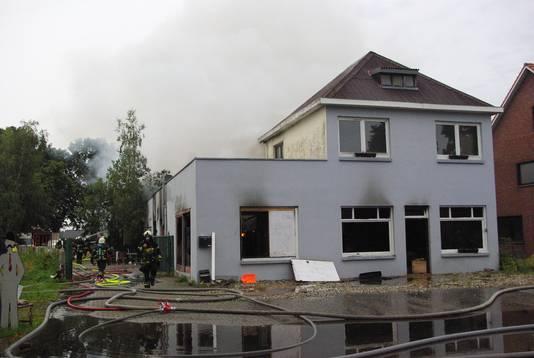Ook het huis van Maes brandde volledig uit.