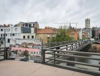 """Sloop dreigt voor voetgangersbrug aan de Krook die nergens naartoe leidt: """"Illegaal bouwwerk"""""""