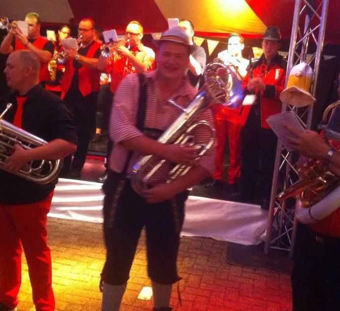 Ook de muzikanten zijn in lederhose gestoken.