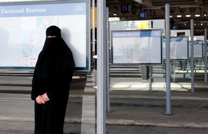 Moslima met nikab bij een bushalte, ter illustratie.