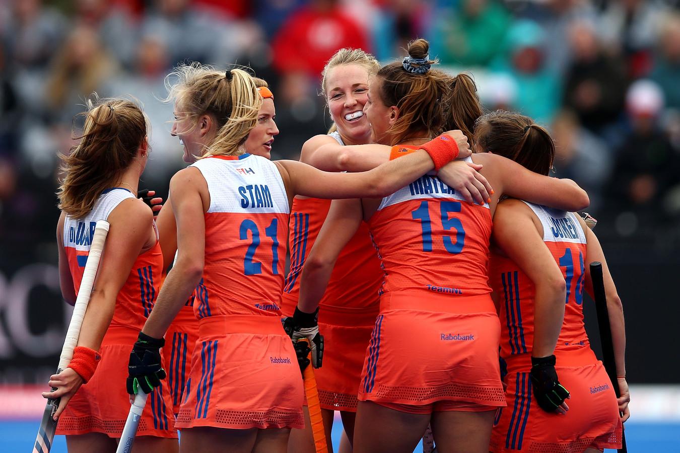 Vreugde bij de Nederlandse hockeysters na weer een goal.