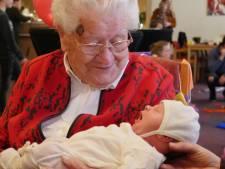 Zelfs Guusje, de allerjongste, vierde in Moergestel de honderdste verjaardag van Anneke van Esch mee