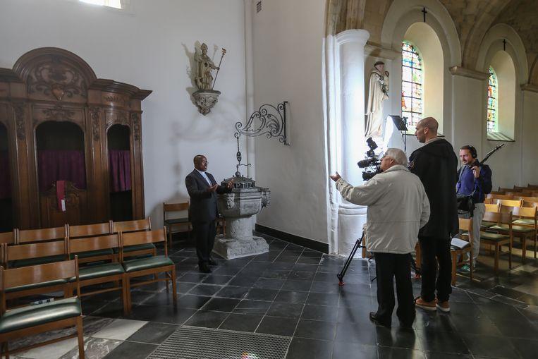 Culture et Foi Zij draaien een film over Mgr. Grauls, die in Kortessem geboren is en aartsbisschop was van Burundi Pater Jozeph wordt gefilmd aan het doopfond