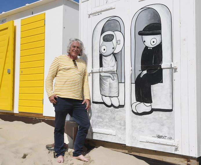 Kunstenaar Jan Willem Hament bij zijn Leuntje en Merien op het strand van Dishoek.