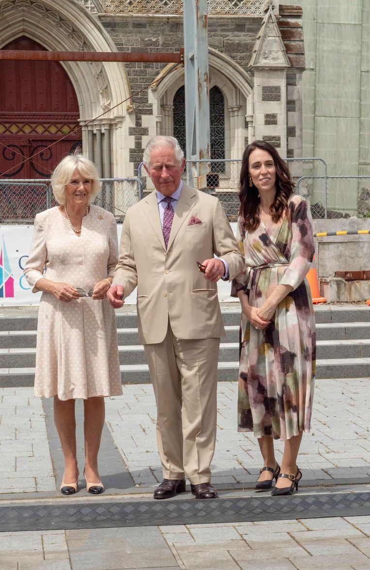 Prins Charles en Camilla met de Nieuw-Zeelandse premier Jacinda Ardern in Christchurch.