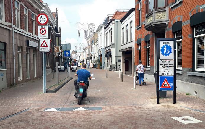 Sinds vorig jaar geldt er op en om de Oude Markt een verbod voor scooters en bromfietsen. De gemeente breidt dat nu uit met de Nieuwe Markt.