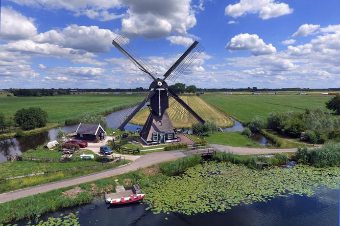 Ten zuiden van Lexmond, langs de Zouweboezem woont Thijs van Hoof (38) al een jaar of dertien met veel plezier in de Vlietmolen.