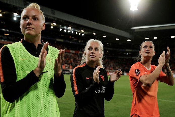 Danique Kerkdijk (links) na het duel van Oranje tegen Turkije met Inessa Kaagman en Desiree van Lunteren.
