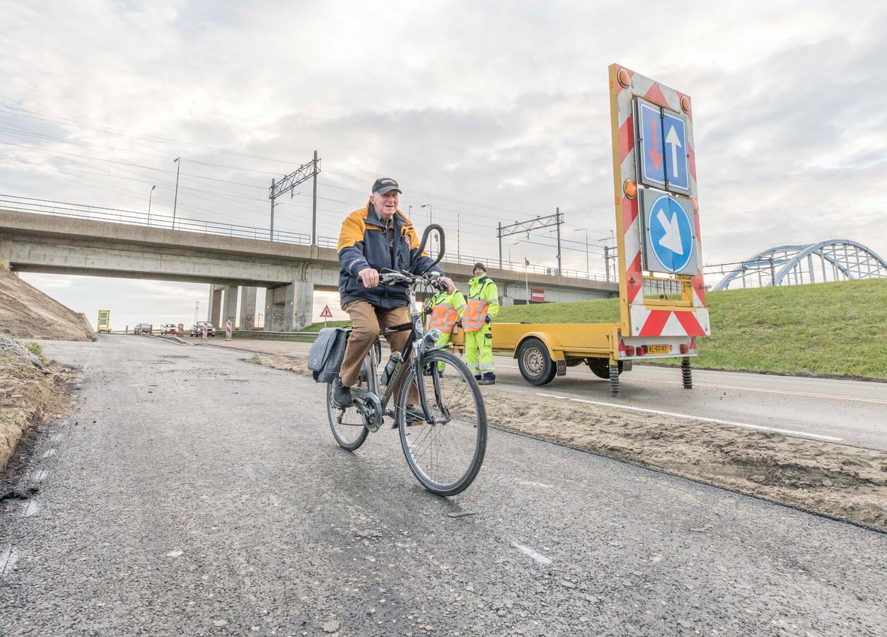 Wegreconstructie vorig jaar bij Vlake, waar het waterschap voor de veiligheid een fietspad heeft aangelegd.