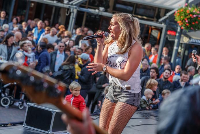 Roosendaal - 30-9-2018 - Foto: Pix4Profs/Marcel Otterspeer - Spetterende afsluiting van de feestweek op het enorme podium op de Markt in Roosendaal met de band Impakt.