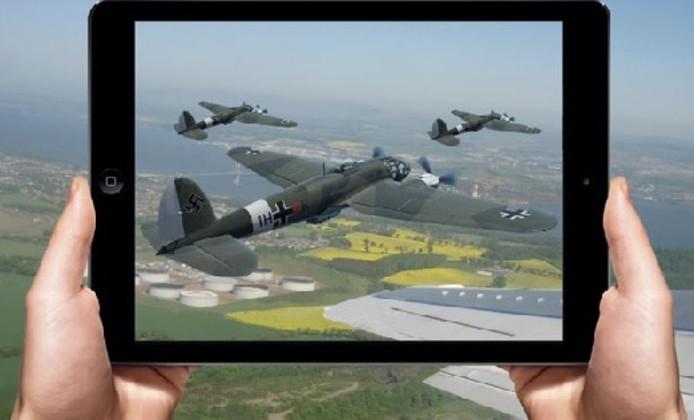 Wanneer passagiers van Aeroplanecruise Rotterdam de tablet tegen het raam houden, zien ze nieuwe architectuur of gevechtsvliegtuigen.