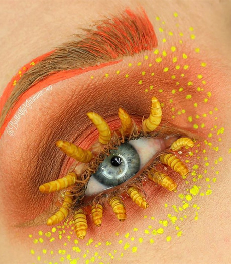 Make-upartieste gebruikt dode maden als aanvulling op mascara