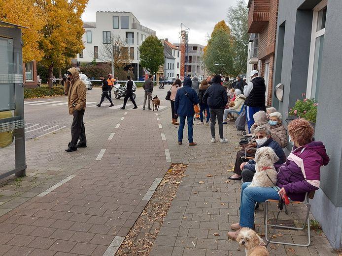 Veel bewoners kregen een stoel om te wachten op de afloop.