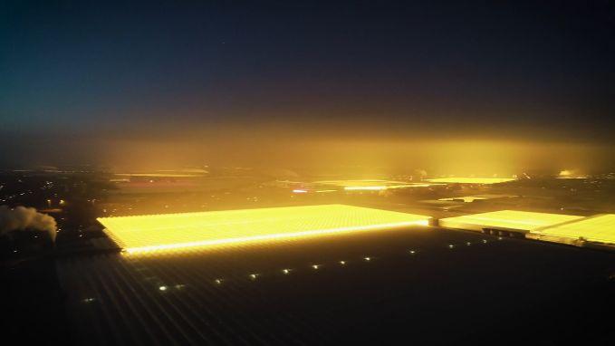 Kweekserres verlichten Nederlandse hemel