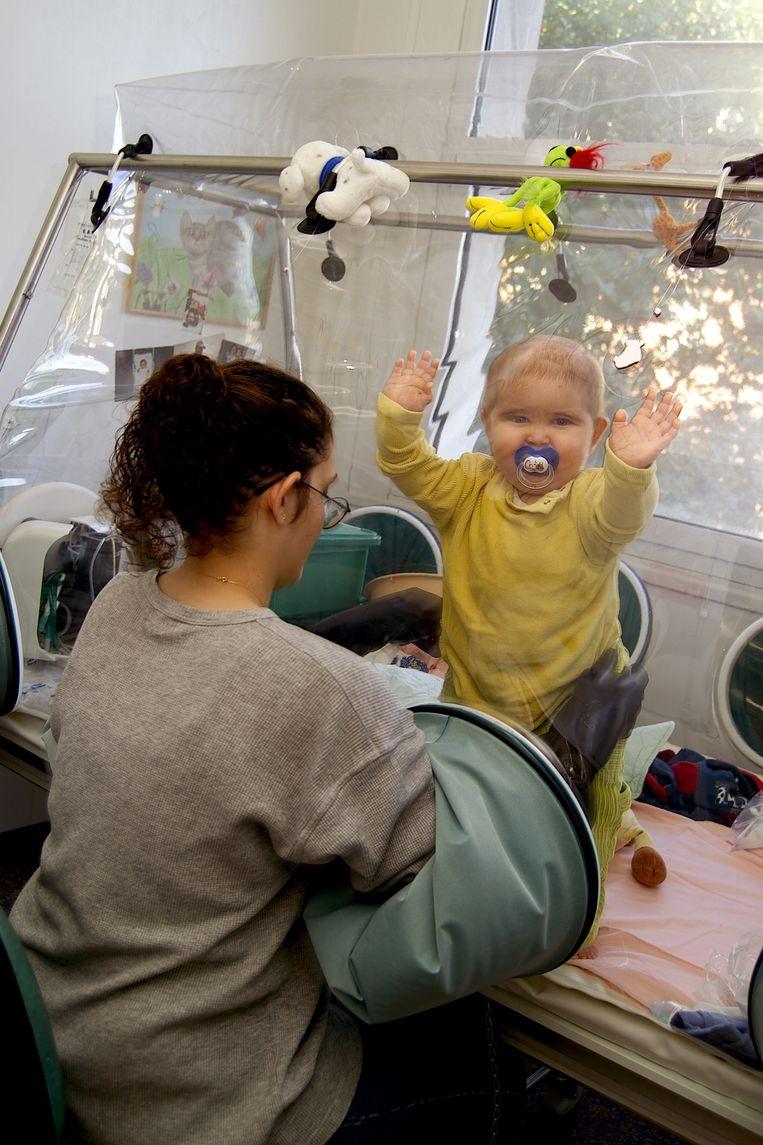 Baby met immuunziekte SCID in kinderziekenhuis, Parijs. Beeld HH