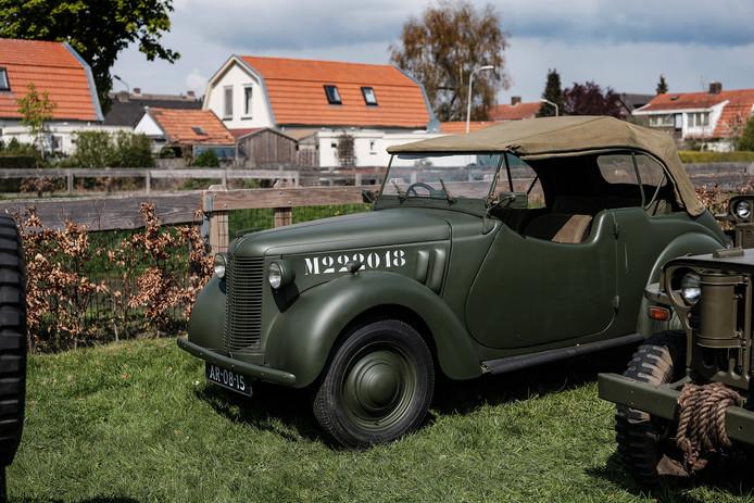 Legervoertuigen bij Huize Vredenburg in Westervoort.