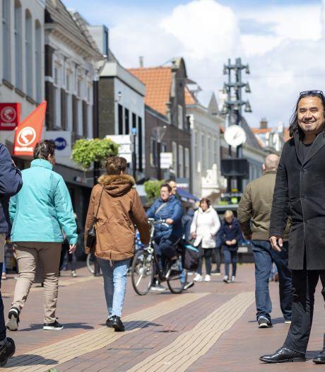 Wandeltocht met kleurrijke filmpjes over Almelo is klaar: 'Als de koning de route nou eens komt openen'