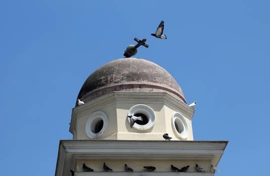 Het kruis op de kerk van de Pantanassa, nabij het Monastiraki-plein in Athene, is afgebroken door de aardbeving.