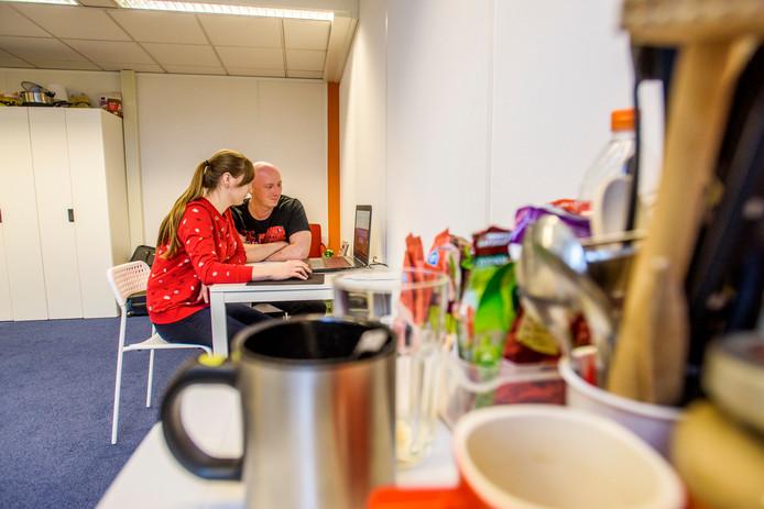 De Poolse Adam Krygier en Katarzyna Szczurek in hun kamer in Polenhuisvesting in Waalwijk.
