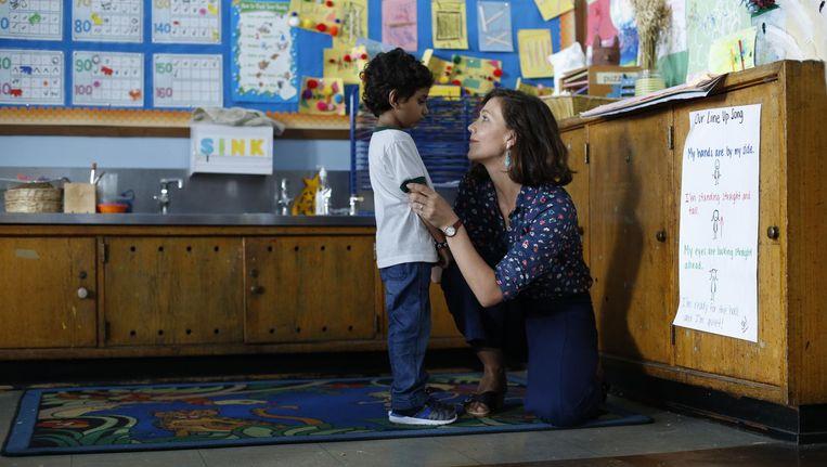 Maggie Gyllenhaal als kleuterjuf Lisa Spinelli met haar vijfjarige leerling Jimmy (Parker Sevak) Beeld -