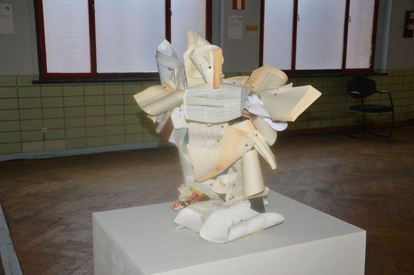 Boeken en papier verwerkt tot een kunstwerk in het RTT-gebouw.