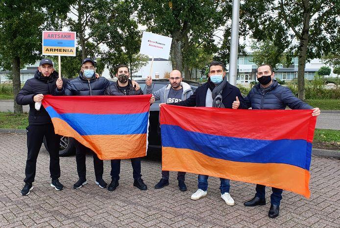Na afloop van de demonstratie bij de grensovergang, tonen enkele Armeense actievoerders op de parkeerplaats bij Hazeldonk de Armeense vlag.