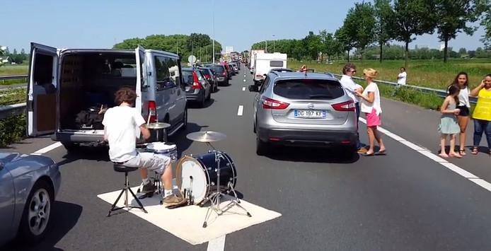 Adriaan Stoop van de Eindhovense band The Moods drumt op de snelweg