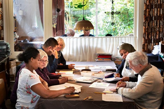 Met rechts aan tafel Bertus van Etten en wiskundelerares Howaida.