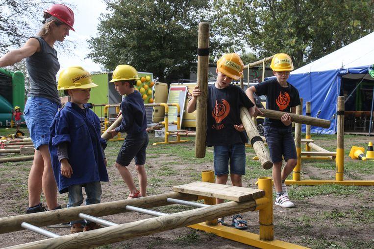 De kinderen mochten met Theater Hoetchatcha bouwen aan een grote speeltuin.