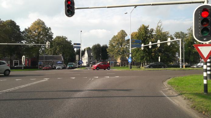 De kruising op de N65 bij Helvoirt waar een tunnelbak komt.