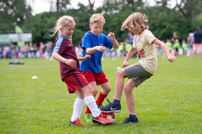 Ruim 600 leerlingen uit de groepen 3, 4, 5 en 6 spelen wedstrijdjes en spelletjes tegen elkaar op de velden van voetbalclub SVVN