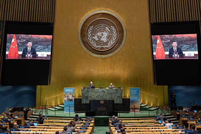 De Chinese president Xi Jinping spreekt via een videoverbinding de Algemene Vergadering van de VN toe.