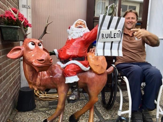 Mart van der Sar wil uiteindelijk een aangepaste woning aan het water bij elkaar ruilen. Het kerstfiguur op de foto is inmiddels al geruild.