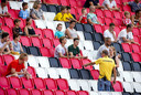 Een steward wijst een supporter een zitplek aan voorafgaand aan een openbare training van PSV in het Philips Stadion.