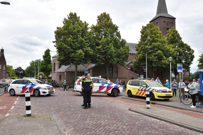 Hulpdiensten na het ongeluk in de Molenstraat in Berkel-Enschot.