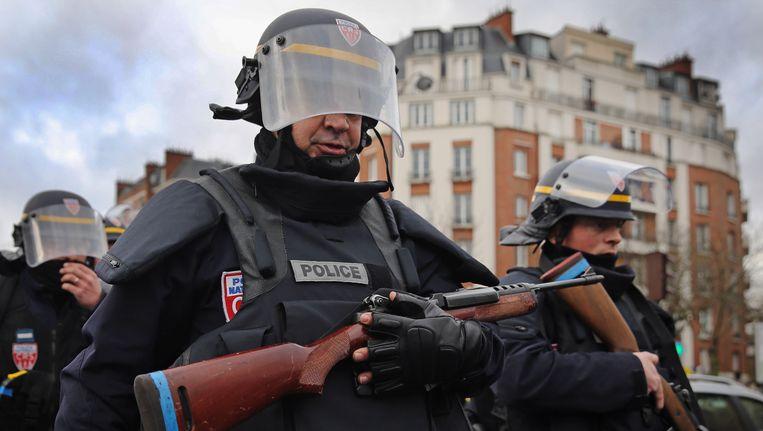 Franse agenten in de Parijse wijk Porte de Vincennes. Beeld getty