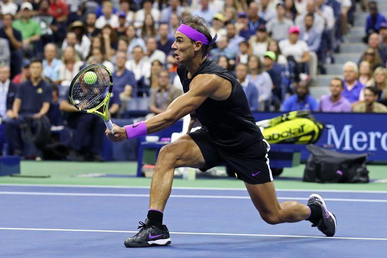 Nadal met  een volley in de heerlijke vijfsetter in New York. Beeld AFP
