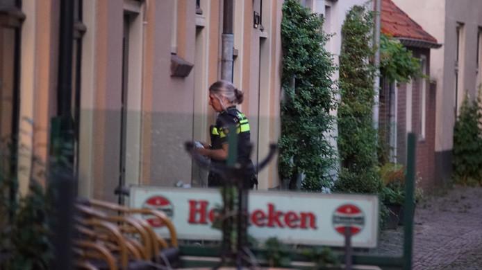 Politie in Deventer doet onderzoek bij cafe De Harmonie.