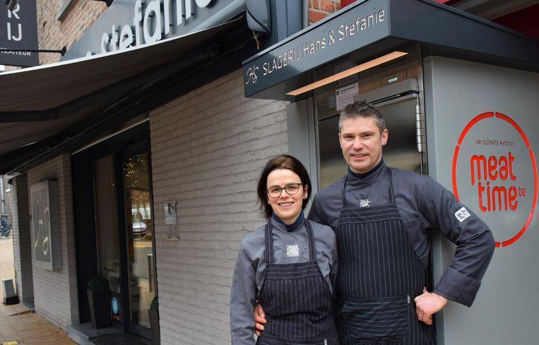 Hans en Stefanie Vermès voor de koelkast bij hun slagerij in de Peperstraat 5.