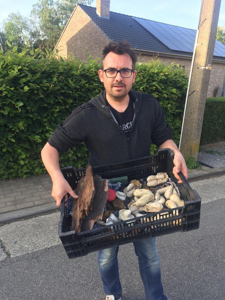 Kunstenaar Joeri Minnart met zijn opmerkelijke vondst: een kist vol marmeren fallussen.