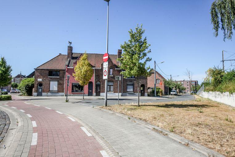 De leegstaande huizen, die straks voor de zestien nieuwe appartementen wijken.