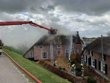 Uitslaande brand in rieten kap verwoest gedeelte van woonboerderij in Nederhemert